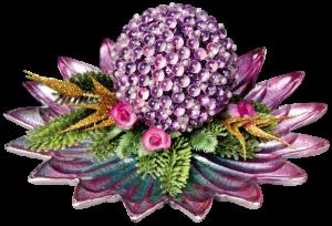 Traum-Kugel mit Floristik auf einem verzierten Glasteller